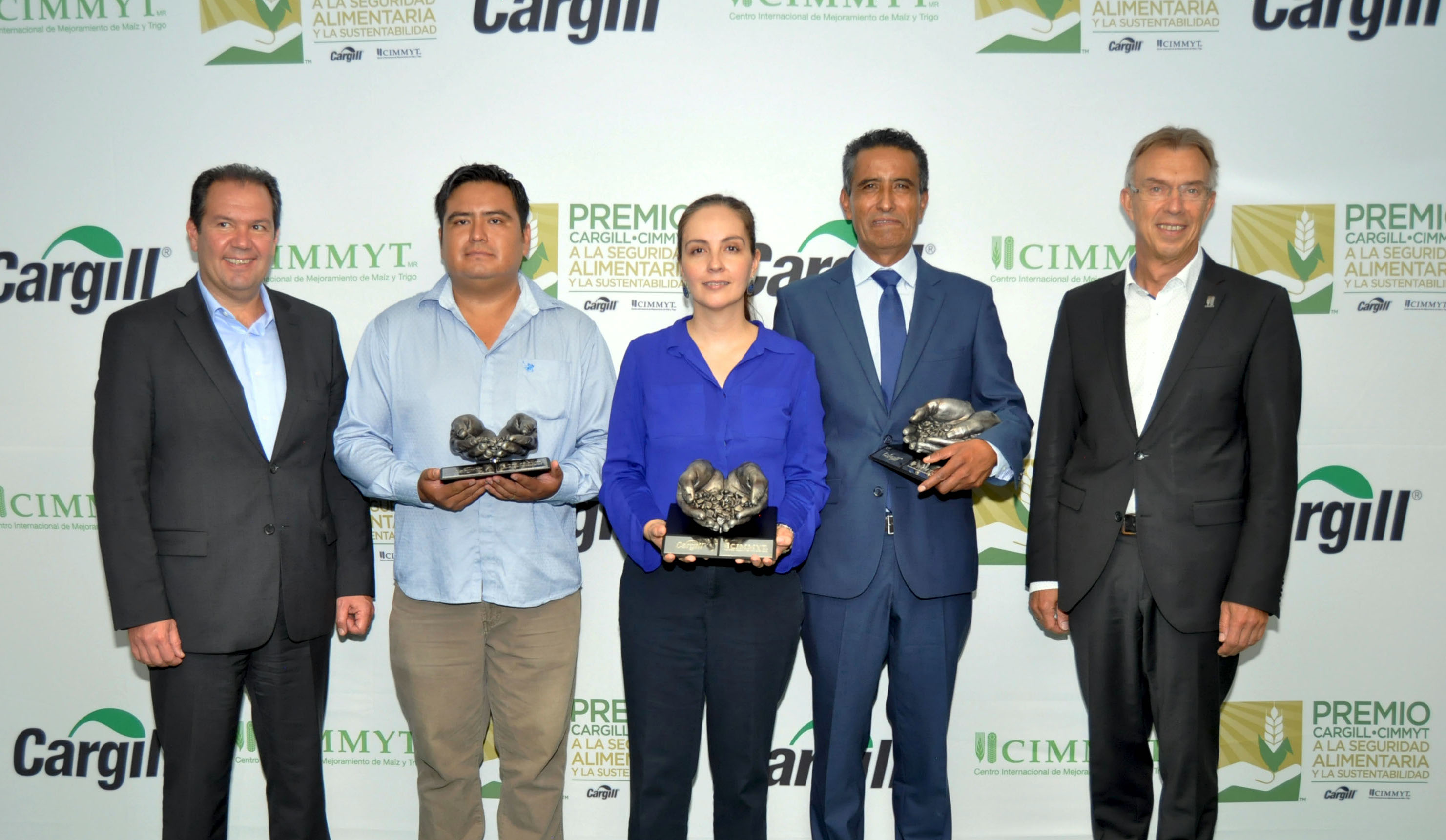 From left to right: Marcelo Martins, President of Cargill Mexico; Carlos Barragán, Farmers category winner; Citlali Fuentes, from Fundación Mexicana para el Desarrollo Rural, Opinion Leaders category winner; Mario López, Researchers category winner; and Martin Kropff, Director General of CIMMYT. (Photo: CIMMYT)