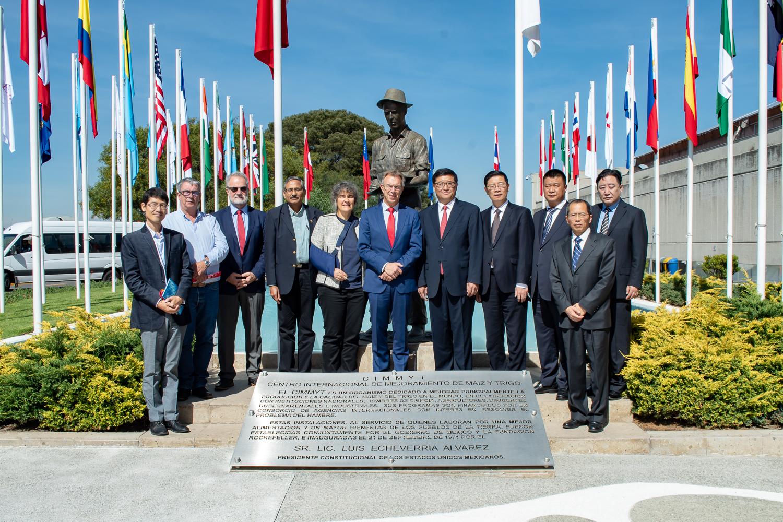 The visiting delegation pose for a photo with CIMMYT representatives in El Batan, Mexico. Photo: CIMMYT.