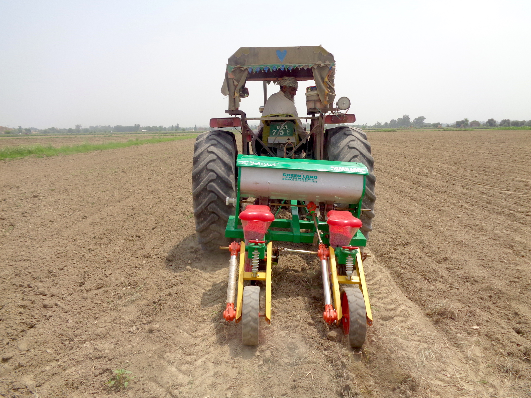 A farmer uses a tractor-operated precision maize planter. (Photo: Kashif Syed/CIMMYT)