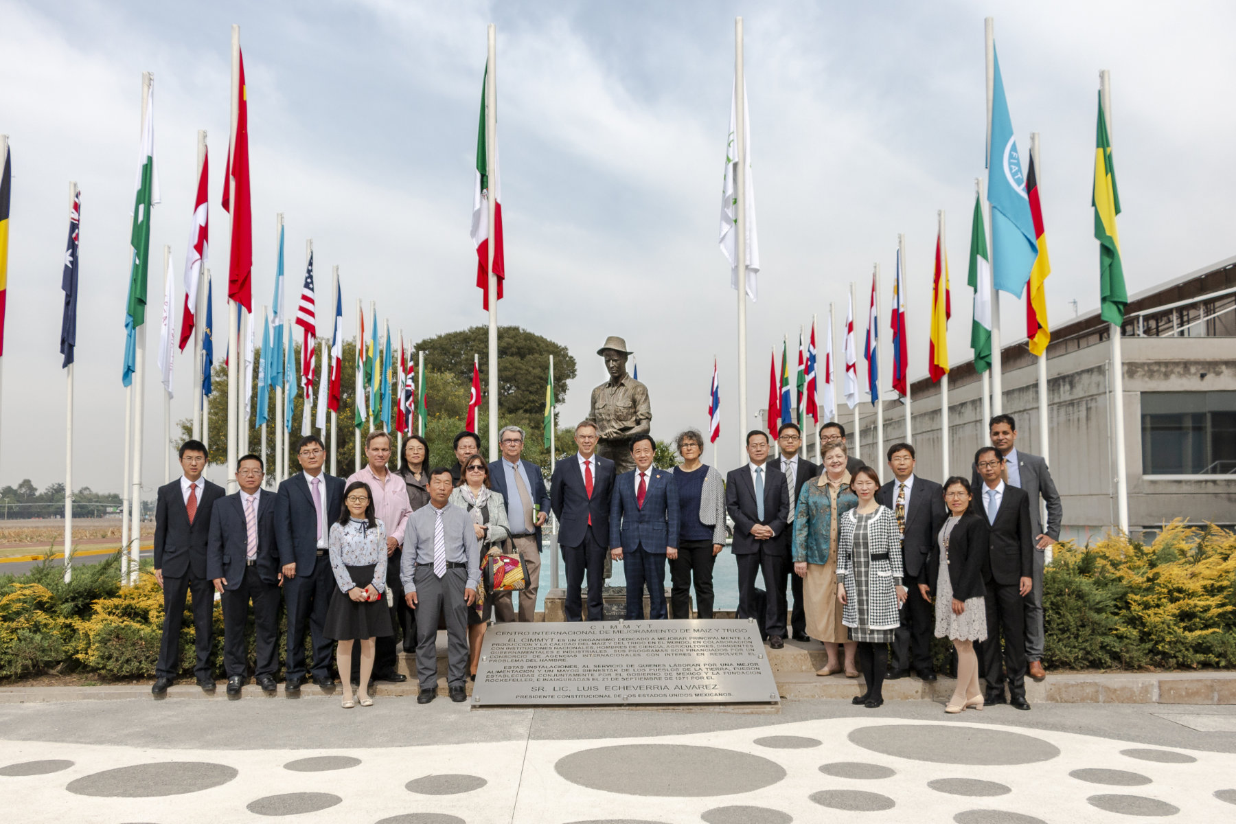 Vice minister Qu (center) and his delegation stand for a group photo with CIMMYT's leadership and Chinese students and scientists. (Photo: Gerardo Mejía/CIMMYT)