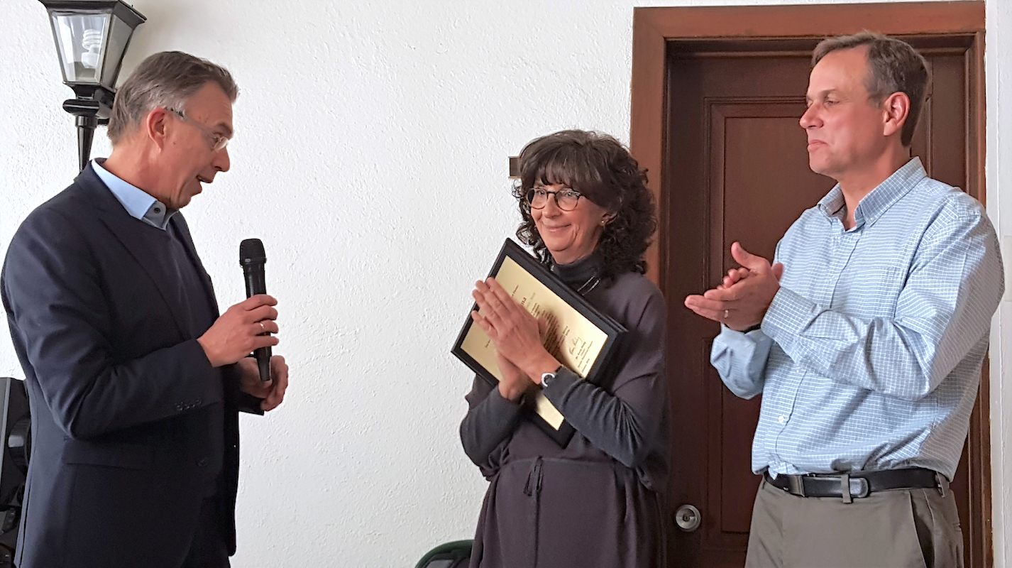Monica Mezzalama (center) receives a plaque from CIMMYT's director general Martin Kropff (left) recognizing her accomplishments. (Photo: CIMMYT)