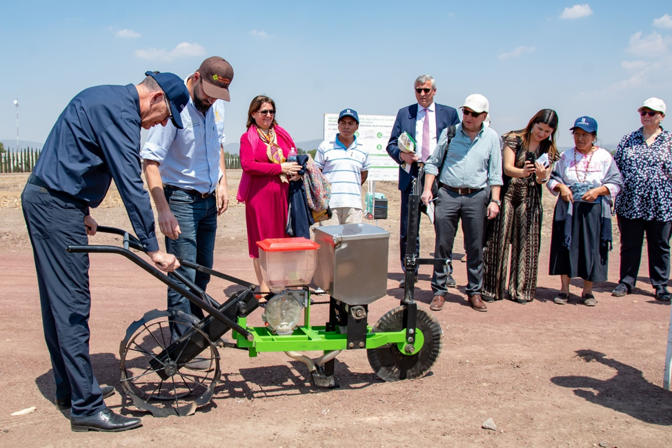"""""""Could we turn it on?"""" asks Germany's federal minister of economic cooperation and development, Gerd Müller, during a small-scale machinery demonstration to show off the latest achievements of MasAgro, an innovative sustainable intensification project that works with more than 500,000 maize and wheat farmers in Mexico. (Photo: Alfonso Cortés/CIMMYT)"""