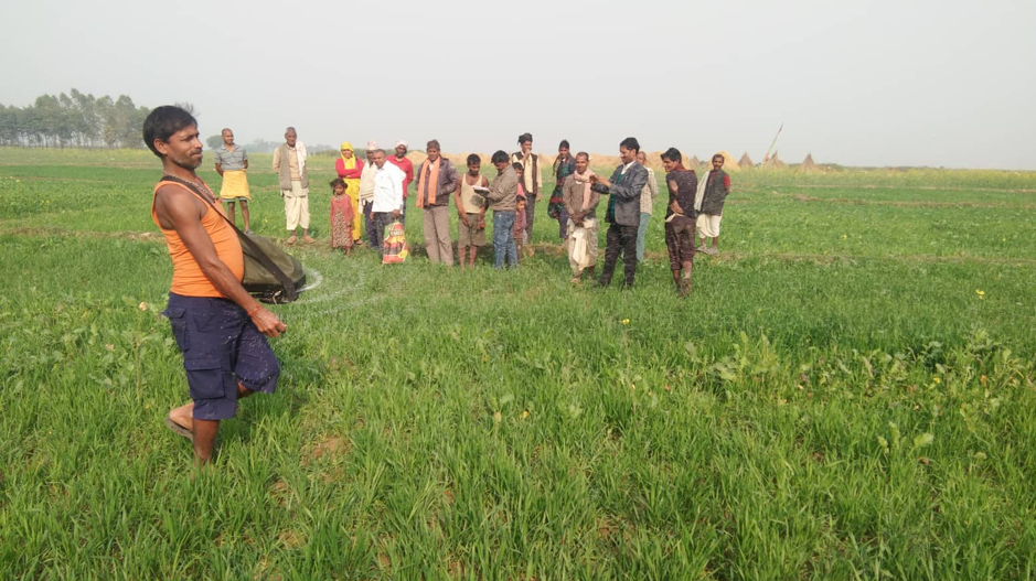 A man demonstrates the precision spreader to farmers in Bardiya, Nepal, in collaboration with the Janaekata cooperative and the local government. (Photo: Hari Prasad Acharya/CIMMYT)