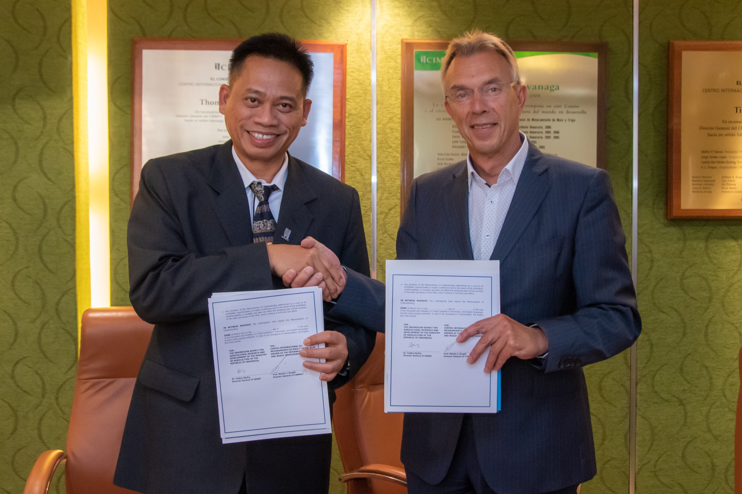 The Director General of IAARD, Fadjry Djufry (left), and the Director General of CIMMYT, Martin Kropff, signed a memorandum of understanding. (Photo: Alfonso Cortés/CIMMYT)