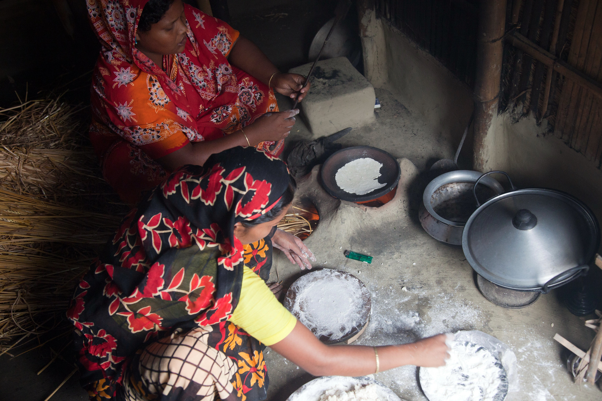 Women make roti, an unleavened flatbread made with wheat flour and eaten as a staple food, at their home in the Dinajpur district, Bangladesh. (Photo: S. Mojumder/Drik/CIMMYT)