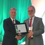 Hans-Joachim Braun (right) receives the International Agronomy Award from Gary Pierzynski, president of the American Society of Agronomy. (Photo: Johanna Franziska Braun/CIMMYT)