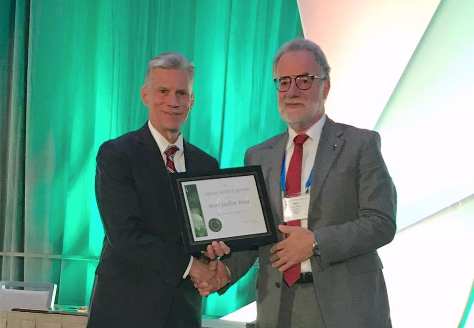 Hans-Joachim Braun (right) receives the International Agronomy Award from Gary Pierzynski, president of the American Society of Agronomy. (Photo: Johanna Franziska Braun/CIMMYT)