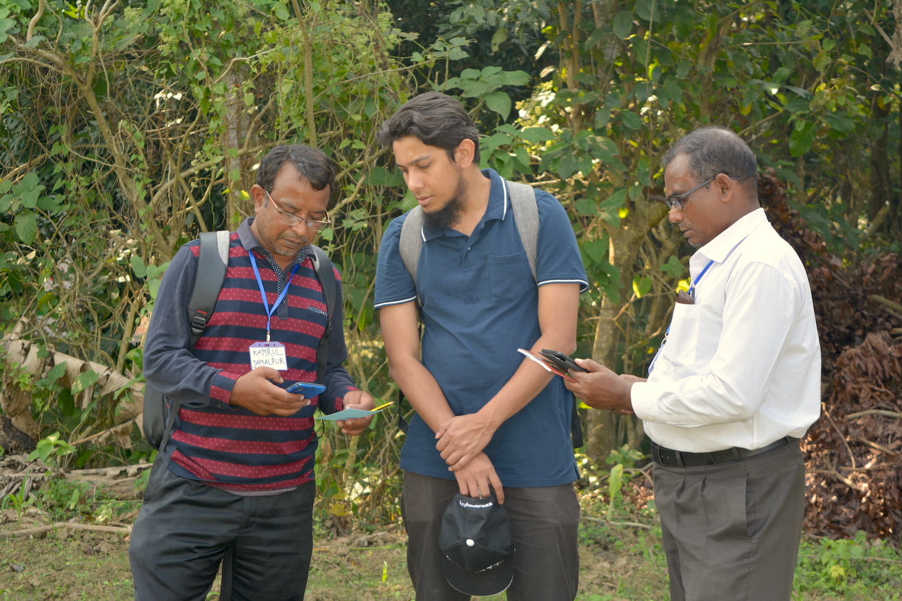 Participants and instructors of the Fighting Back Against Fall Armyworm trainings participate in a field session to work with the Fall Armyworm Monitor web app in Chauadanga, Bangladesh. (Photo: Uttam Kumar/CIMMYT)