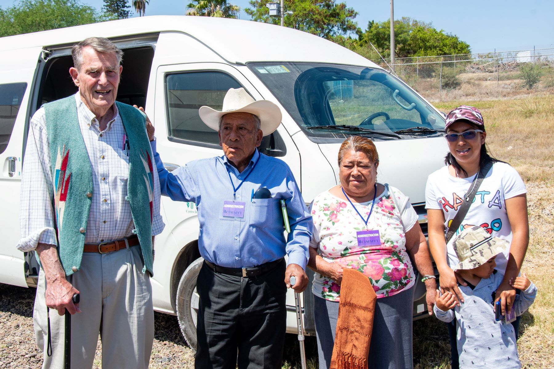 Garrison Wilkes (left) poses with maize producer Ventura Garcia and her family. (Photo: Alfonso Cortés/CIMMYT)