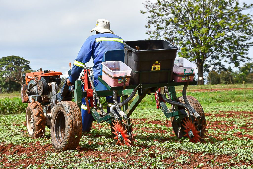 An operator demonstrates the use of a starwheel planter in Zimbabwe. (Photo: Frederic Baudron/CIMMYT)