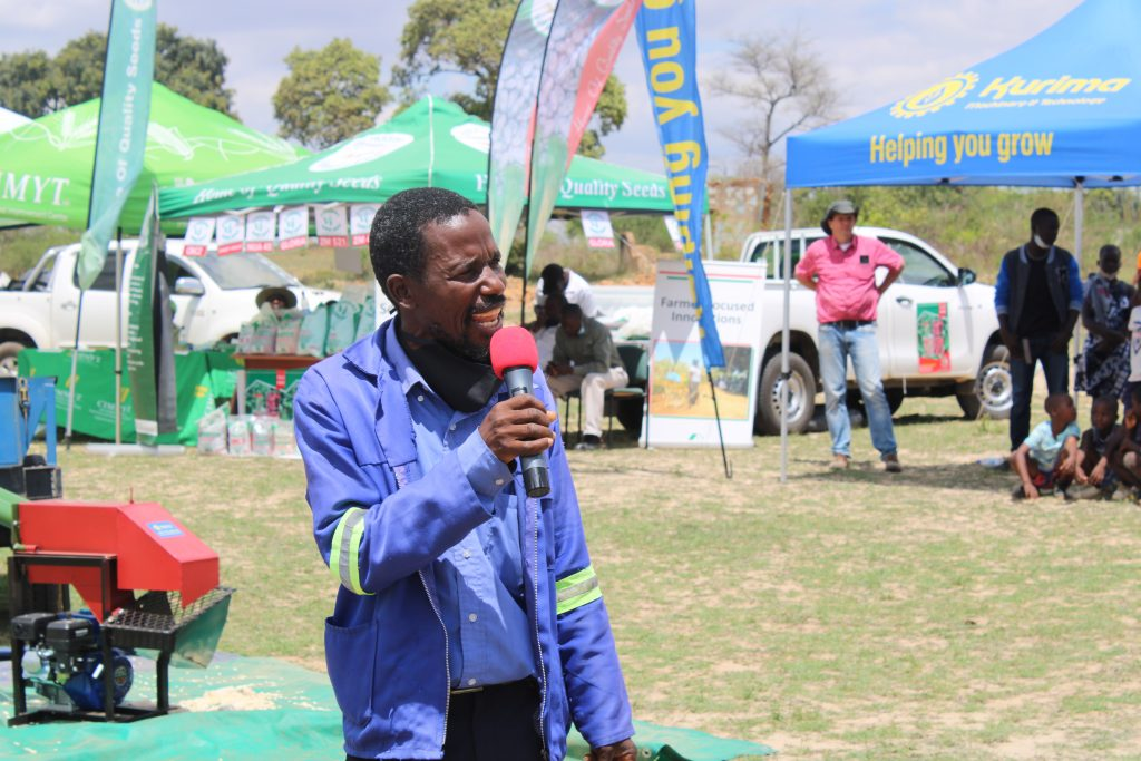 Muza Vutete, a baby-trial farmer shares the advantages of adopting conservation farming principles at a seed fair in Masvingo, Zimbabwe. (Photo: Shiela Chikulo/CIMMYT)