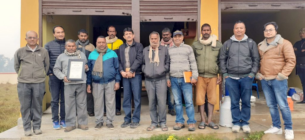 Dyutiman Choudhary (séptimo desde la izquierda) con productores de semillas durante una visita de campo. (Foto: Dipak Kafle)