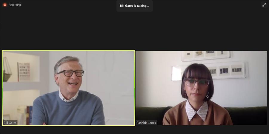 Bill Gates (izquierda) habla con Rashida Jones durante uno de los eventos para presentar su nuevo libro.