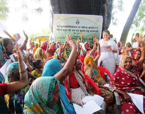 Chhavi Tiwari of Banaras Hindu University talks with Mirzapur farmersabout biofortified wheat.