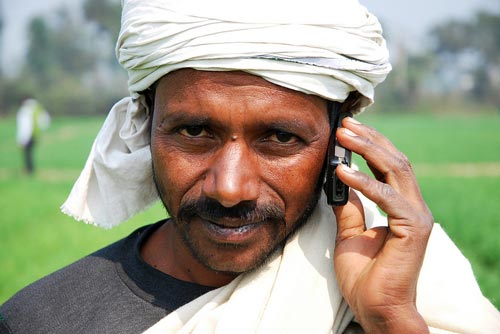 Farmers in India are now participating in a new project which aims to tailor phone messages to farmers' real needs with the hope of real impact on their crop yields. Photo: M. DeFreese/CIMMYT