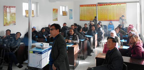 Jack McHugh, CIMMYT, and Yuan Hanmin, NAAFS, introduce participants to conservation agriculture in Litong district. The presentation was organized and supported by Bei Bing (in foreground) from the Agricultural Technology Promotions Centre in Wuzhong City.
