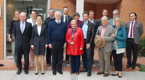 The Australian delegation stand with CIMMYT representatives in front of the Gene Bank. Front row left to right: Ambassador Tim George, Ms. Robyn McClelland, Sergeant-at-Arms, Dr. Thomas Lumpkin, Hon. Bronwyn Bishop, Mr. Stephen Jones MP, Hon. Philip Ruddock MP and his wife Back row left to right: Ashleigh McArthur, Australian Embassy in Mexico; Senator Deborah O'Neill; Mr. Mark Coulton MP; William Blomfield, Australian Embassy in Mexico; Dr.Marianne Bänziger , CIMMYT Deputy Director General; Mr. Damien Jones, Special Adviser to the Speaker; Dr. Kevin Pixley, Director Genetic Resources Program Director; Dr. Hans Braun, Director Global Wheat Program Director; Ricardo Curiel, MasAgro Communications Specialist. (Photo: Xochiquezatl Fonseca/CIMMYT)