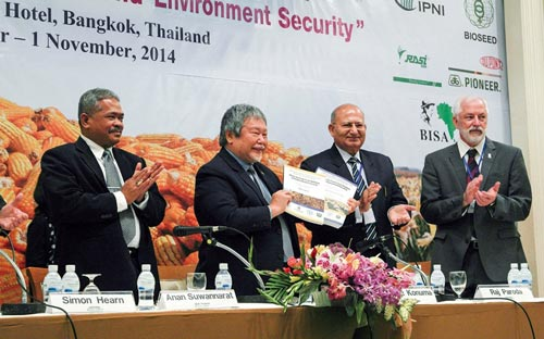 (From left to right) Anan Suwannarat (Director General, Thai Department of Agriculture), Hiroyuki Konuma (Assistant Director General, FAO-RAP), Raj Paroda (Executive Secretary, APAARI) and Thomas Lumpkin (Director General, CIMMYT) open the 12th Asian Maize Conference by revealing the accompanying Books of Extended Summaries and Abstracts.