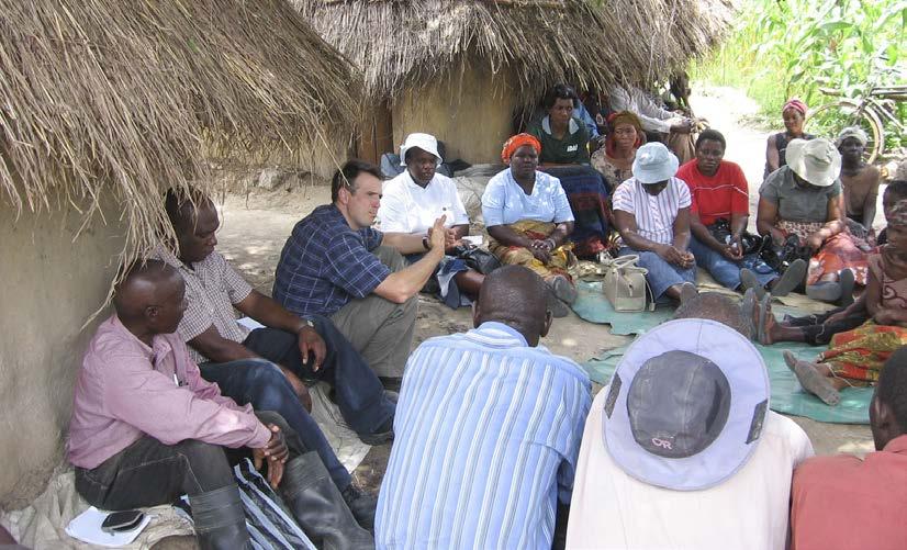 Christian Thierfelder habla de los retos de la agricultura de conservación con agricultores de Zambia Central durante una junta de evaluación participativa.