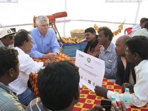 Robert Bertram, Científico Titular de la Oficina de Seguridad Alimentaria de USAID, conversa con agricultores, proveedores de servicios y representantes de compañías semilleras en Mayurbhanj, Odisha. Foto: Naba Parida.