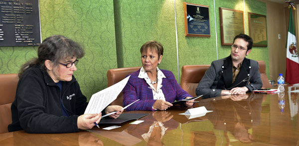 Marianne Bänziger, CIMMYT's Deputy Director General for Research and Partnership; Gloria Abraham Peralta, Mexico's IICA Representative; and Bram Govaerts, leader of MasAgro, at the signing of the Cooperation Framework Agreement. Photo: Clyde Beaver III/CIMMYT