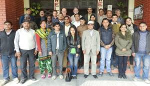 Junta de planeación de SRFSI en RARS, Tarahara, Sumari, Nepal. Primera fila: Ramesh Saphi, Guddu Mishra, D.D. Gautam, Sanjeet Jha, Prashana, Sudeep, Surya Narayan, Sarita Manandhar, Segunda fila: Bibek, Ram Prakash, Umensh Shah, Rabindra, Jitendra Aryal, Sudip, Divya, Shailendra, Deepa Tercera fila: Yukti Yadav, YG. Khadka, Peter Brown, Roy Murray, Patrick Wall, Mahesh K Gathala, Bedanand Chowdhury, Ashraf Ali.