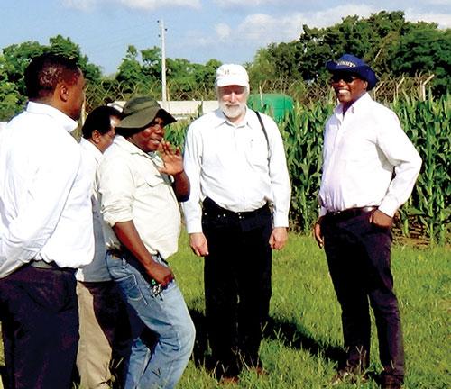 El Dr. Tom Lumpkin (segundo a la derecha) con científicos de CIMMYT–SARO en uno de los ensayos en Zimbabwe. Fotos: Johnson Siamachira/CIMMYT