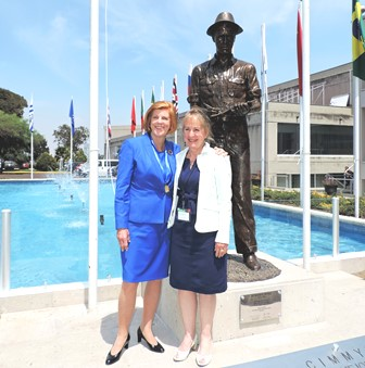 Sculptor Katharine McDevitt (R) stands in front of the bronze sculpture she created of Norman Borlaug with his daughter, Jeanie Borlaug Laube. Photo: CIMMYT/Marcelo Ortiz