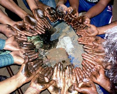 Hands of the participants in the Machinery Jamboree at Chuadanga, Bangladesh. Photos: Abdul Mabud, CIMMYT