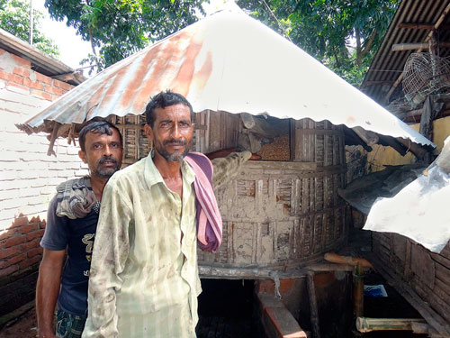Farmers in Chuadanga, Bangladesh, modified their traditional golas to be able to store maize longer and earn higher profits. Photo: Abdul Momin-CIMMYT
