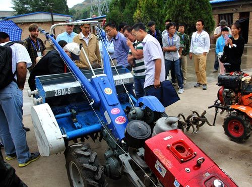 Jack McHugh explains how to operate CIMMYT's turbo Happy Seeder to Li Chaosu and others from the Sichuan Agricultural Academy of Science. Photo: CIMMYT