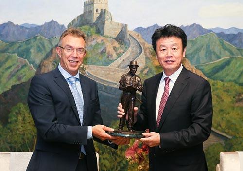 Kropff entrega una estatuilla de Norman Borlaug a Jiangguo Zhang en reconocimiento al apoyo que han dado, tanto SAFEA como él personalmente, a la colaboración CIMMYT-China. Foto: SAFEA