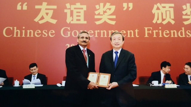 CIMMYT scientist Ravi Singh receives Friendship Award from China's Vice-Premier Ma Kai. CIMMYT/Handout