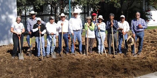 Personal del CIMMYT ayuda de manera voluntaria en las actividades para sembrar una milpa. Foto: Archivos del CIMMYT