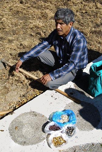 Uno de los miembros de la organización de agricultores de Tlaxcala, México, se prepara para empezar a sembrar. Foto: Denise Costich/CIMMYT