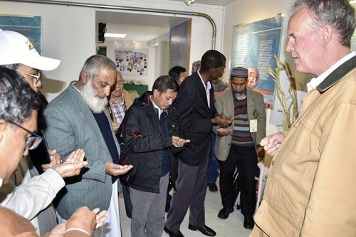 Los visitantes observan muestras de semilla en el banco de germoplasma.