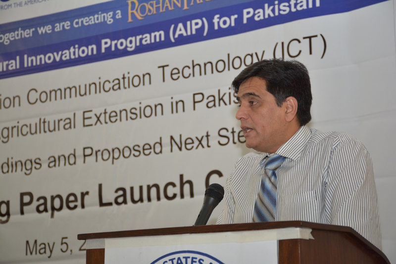 Imtiaz Muhammad sharing the highlight of AIP and his views on the impact of information communication technology (ICT) on improving agricultural sector. Photo: Amina Nasim Khan/CIMMYT