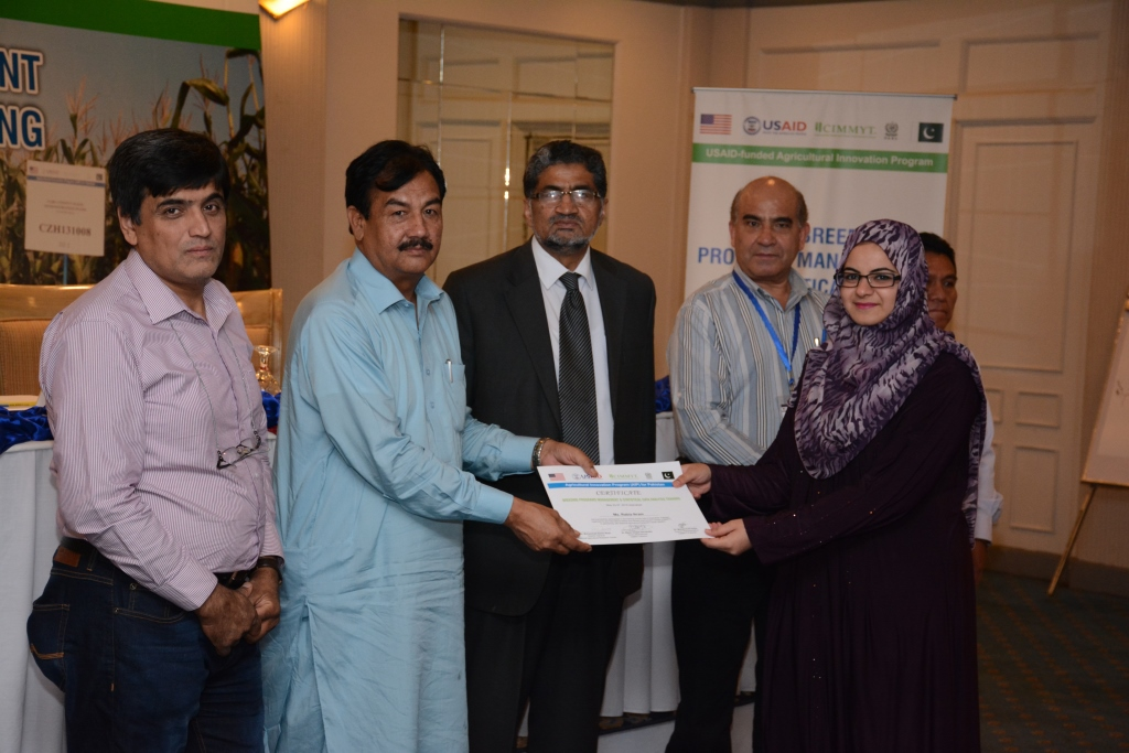 Rabia Akram receiving her certificate for successfully attending the training course. Photo: Awais Yaqub/CIMMYT