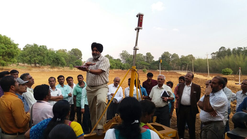 H.S. Sidhu, senior research engineer, BISA, demonstrating laser land leveler technology. Photo: Yogehs Kumar/CIMMYT