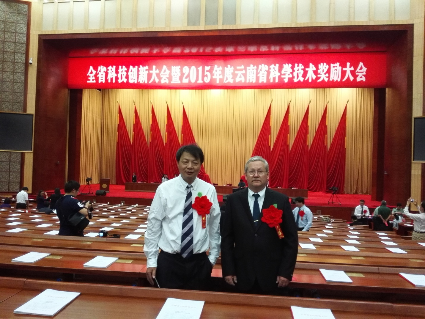 Director Xingming Fan, from YAAS  and Dan Jeffers representing CIMMYT at the Yunnan Provincial Awards Ceremony, 7 June, 2016. Photo: CIMMYT