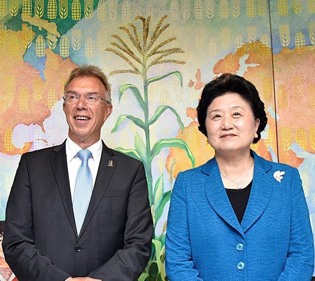 China's Vice Premier Liu Yandong (right) with CIMMYT Director General Martin Kropff. Photo: A. Cortes/CIMMYT