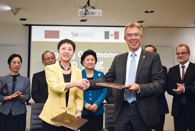 Secretary General of the Chinese Scholarship Council Liu Jinghui (left) with CIMMYT Director General Martin Kropff during the signing of the Memorandum of Understanding to train 10 PhD and Postdoc students at CIMMYT each year. Photo: A. Cortes/CIMMYT