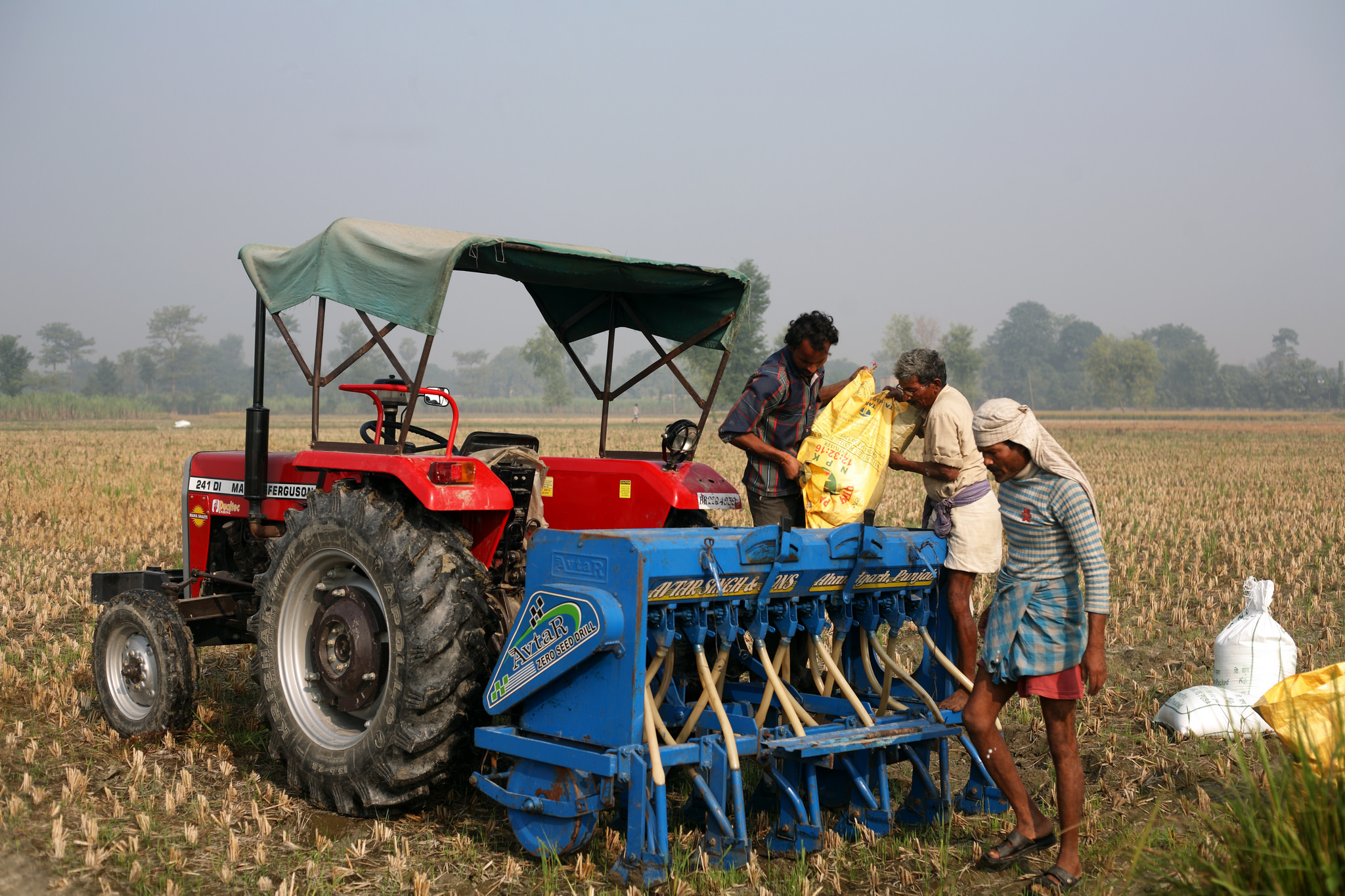 Farmers in the neighboring state of Bihar, India, sow wheat using zero tillage. Photo: CSISA/CIMMYT