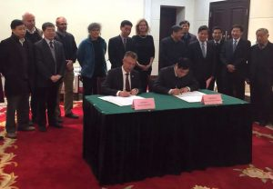 Martin Kropff, CIMMYT director general, and Zhang Gaiping, president of Henan Agricultural University sign a memorandum of understanding to establish a joint maize and wheat research center in Zhengzhou, the capital of Henan Province on Jan. 9, 2017.