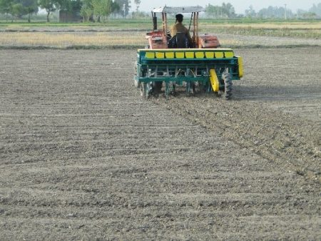 Direct seeding of rice with a multicrop direct-seeding rice planter in Sheikhupura, Punjab. Photo: Abdul Khaliq