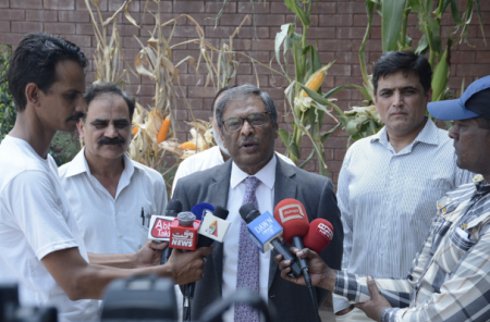 PARC Chairman Yusuf Zafar briefing media about USAID, PARC and CIMMYT partnership through AIP to improve farming practices and livelihoods across Pakistan. Photo: A.Yuqub /CIMMYT