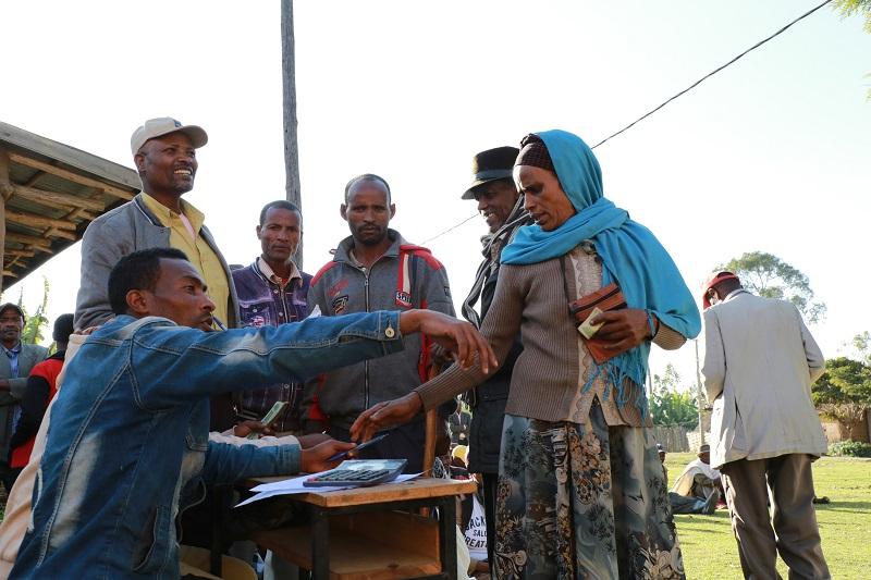 Farmers in line at Doyogena. Photo: CIMMYT/A. Habtamu