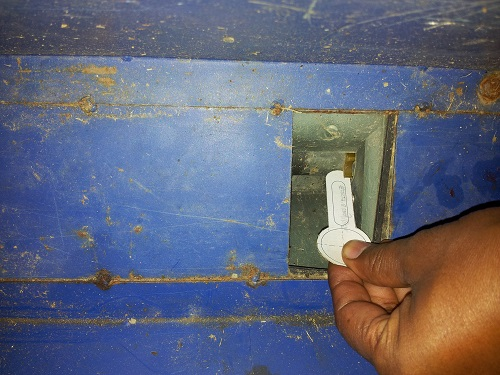 Key being used to calibrate machine. Photo: Khan, S.M.H./CIMMYT.