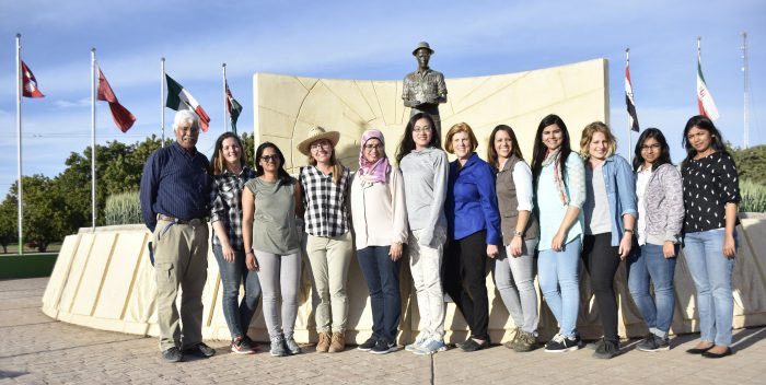 Las ganadoras del premio Jeanie Borlaug Laube Women in Triticum (WIT) Early Career Award reunidas frente a la estatua del difunto ganador del Premio Nobel de la Paz, Dr. Norman E. Borlaug. También aparecen en la foto Amor Yahyaoui, coordinador de capacitación de trigo del CIMMYT (izq), Jeanie Borlaug Laube (centro, blusa azul) y Maricelis Acevedo, Directora Asociada para la Ciencia del proyecto Delivering Genetic Gain in Wheat (a la izquierda de Jeanie Borlaug Laube). Foto: CIMMYT/Mike Listman