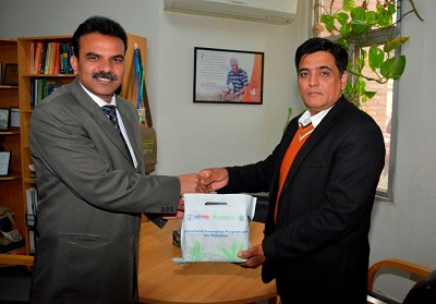 Double haploid inducer seeds handover to UAF. Dr. Muhammad Aslam (UAF),left receiving from Dr. Muhammad Imtiaz. Photo: Ehtisham/CIMMYT
